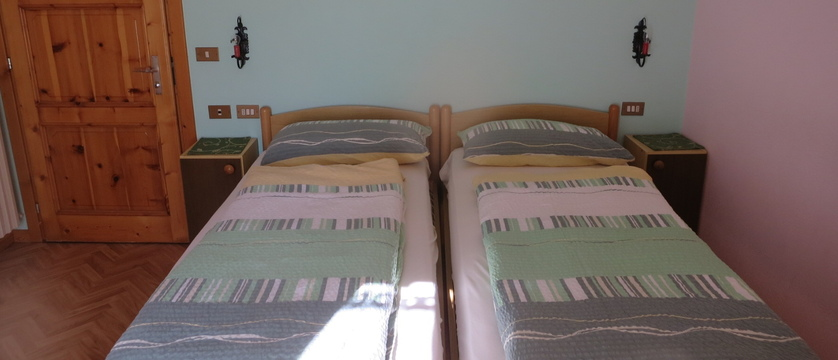 italy_livigno_la-pineta-fiorella-apartments_twin-bedroom.jpg